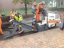 Fräsarbeiten für bituminöse Straßenreparaturarbeiten und Straßenneubau. Zum Planfräsen von Spurrillen auf den Straßen; Zum Beseitigen von alten ...