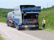 Oberflächensanierung Verkehrsflächenbau Straßenerhaltung. ... Die bitumenreiche Decksicht schützt den darunterliegenden Asphalt und beugt Spannungsrissen vor.
